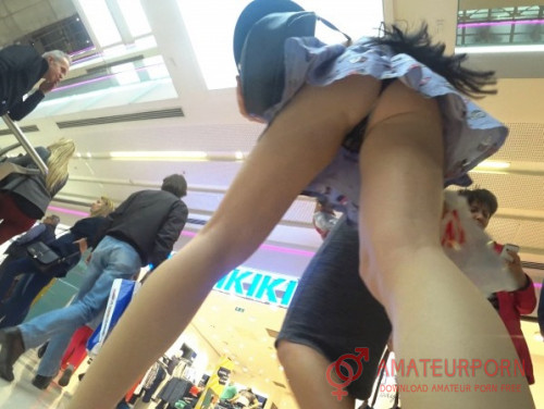 Amateur Upskirt In Shopping Mall